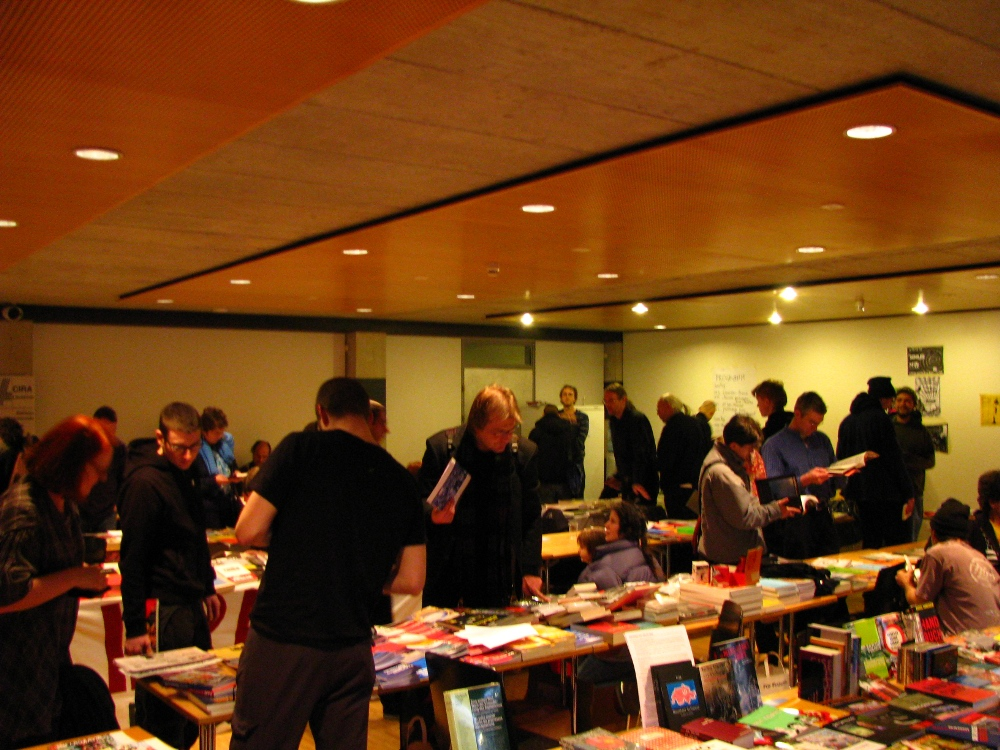 Mit etwa 150 Interessierten Menschen waren die Veranstalterinnen und Veranstalter in Winterthur durchaus zufrieden – die weltweit erste anarchistische Buchmesse in London hatte ihrerzeit einen sehr viel schwierigeren Start.