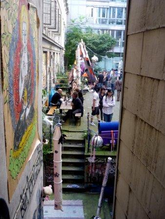 Arbeitet hier die Avantgarde? Das besetzte Hamburger Gängeviertel – Kultur irgendwo zwischen Subversion und Assimilation.