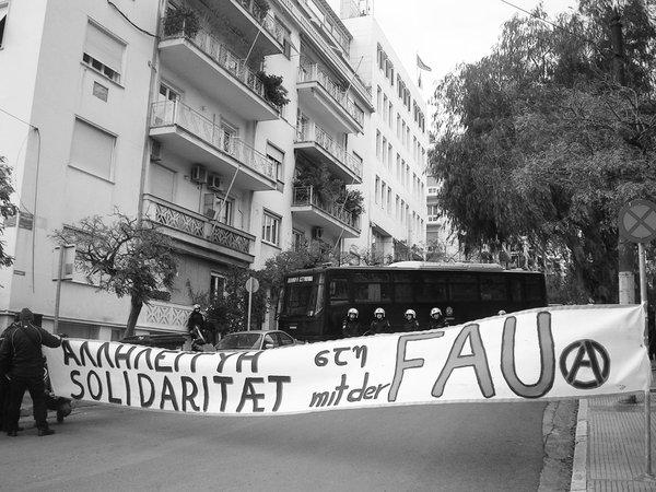 Athen, 29. Januar: Rund 60 Menschen protestierten vor der deutschen Botschaft gegen das de facto-Gewerkschaftsverbot. Im Umfeld der Kundgebung standen zahlreiche Sondereinsatzkräfte der Polizei bereit.