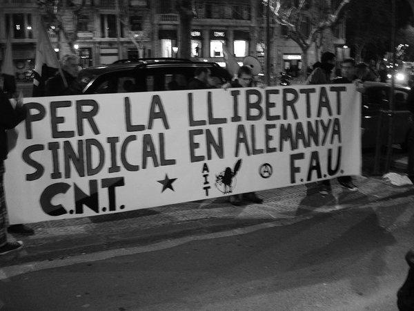 Barcelona, 29. Januar: Mehr als 50 Menschen folgten dem Aufruf der CNT Barcelona und versammelten sich vor dem deutschen Konsulat, um Gewerkschaftsfreiheit in Deutschland zu fordern.