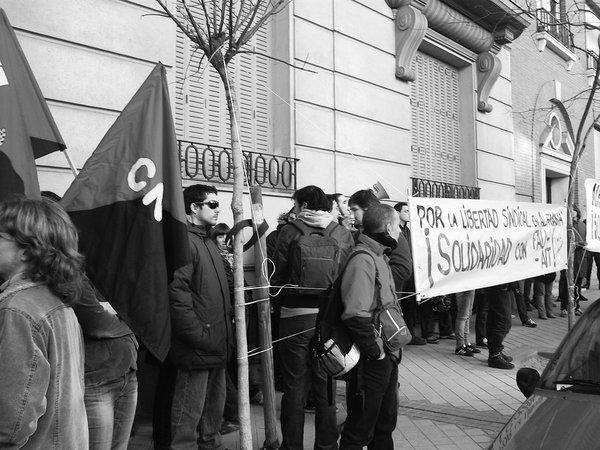 Madrid, 30. Januar: Kundgebung der CNT Madrid vor der deutschen Botschaft mit rund 50 TeilnehmerInnen. Neben der CNT Madrid nahmen auch Delegierte eines an diesem Tag stattfindenden landesweiten CNT-Plenums teil.