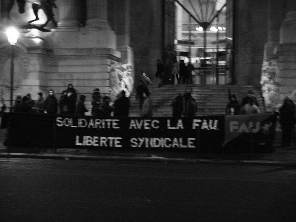 Paris, 11. Februar: Einige Dutzend Mitglieder der CNT-F protestierten vor der deutschen Botschaft mit einer Kundgebung und einem Livekonzert von Fred Alpi.