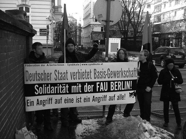 Wien, 29. Januar: Ein Dutzend Mitglieder der Föderation der ArbeiterInnen-Syndikate (FAS) protestierte vor der deutschen Botschaft gegen das de facto-Gewerkschaftsverbot.