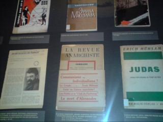 Mühsams Bücher hatten einen großen Einfluss auf die libertären Bewegungen seiner Zeit; bereits 1932 waren viele seiner Werke in 14 verschiedene Sprachen übersetzt worden (Foto von der Mühsam Ausstellung im Buddenbrookhaus)