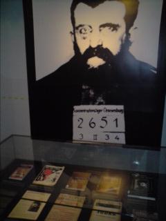 In der Mühsam-Ausstellung im Buddenbrookshaus in Lübeck sind viele Originale zu sehen. Das Bild zeigt ein Foto Mühsams aus dem KZ Oranienburg, in dem er von der SS ermordet wurde