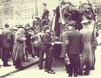 ArbeiterInnen bildeten in den Städten spontan die sogenannten Arbeiterwehren