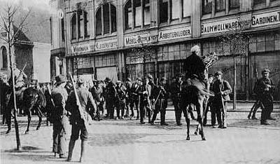 Mitglieder der Ruhrarmee beim Sammeln.