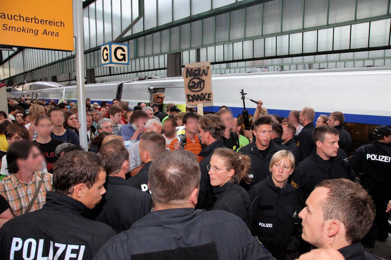 Protest im Bahnhof am Tag X (Foto: Thomas Trueten, Umbruch Bildarchiv Berlin)