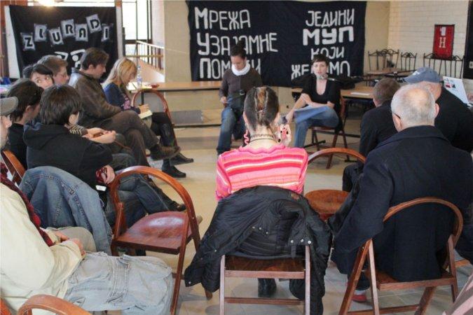 Junge und ältere AktivistInnen während eines Workshops (Foto von Leonidas Halkidis)