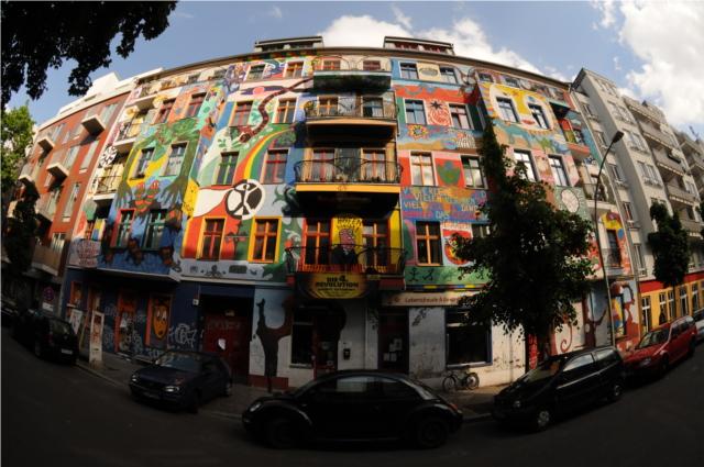 Eines der Hausprojekte in Friedrichshain an der Kreutziger Straße, welches aus den Häuserkämpfen in Ost-Berlin hervorgegangen ist (Quelle: http://www.lichtblick-kino.org/Downloads/20_Jahre_Mainzer.zip)