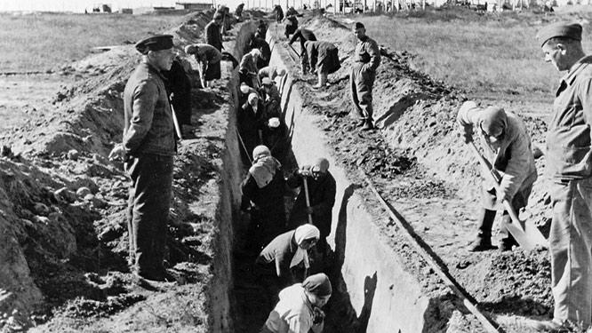Zwangsarbeiterinnen auf der Baustelle eines Kfz-Instandsetzungswerks unter der Leitung von Daimler-Benz in Minsk, September 1942 (© Daimler AG, Archive und Sammlung)