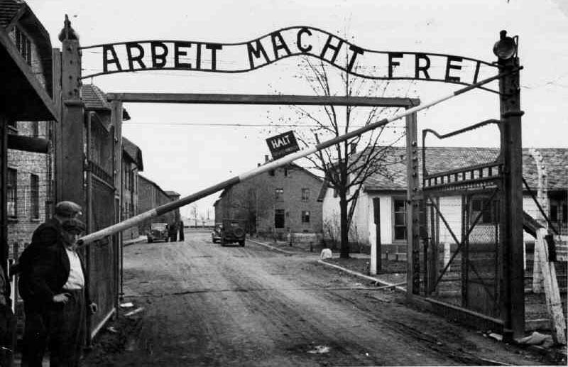 """""""Diese Worte vor dem Eingang der Konzentrationslager, hier Auschwitz, veranschaulichen wohl am besten den perversen Arbeitsfetisch der NS-Ideologie"""""""