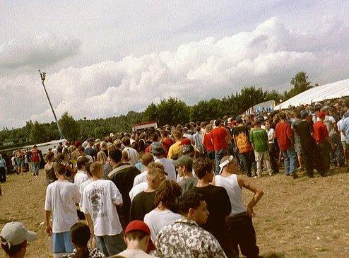 Festival-Besucher oder Komparsen? Schlangestehen will geübt sein. Foto (CCC): OxKing23
