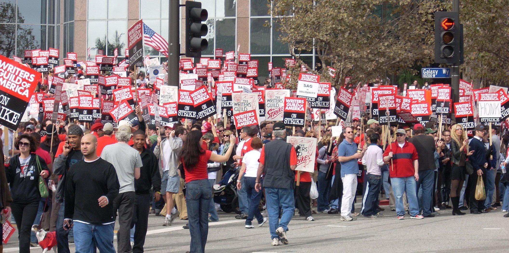 Die Filmbranche erfordert hohen Organisationsgrad, wie den der Writer's Guild in Hollywood. WGA-Mitglieder vereint im Streik, 2007. Foto (CCC): Jengod