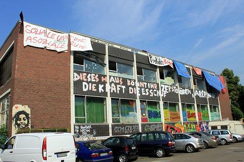 """Das AZ in Köln-Kalk - groß, aber fast nicht groß genug für den BesucherInnenansturm zum diesjährigen Treffen der """"Rotzfrechen Asphalt Kultur"""""""