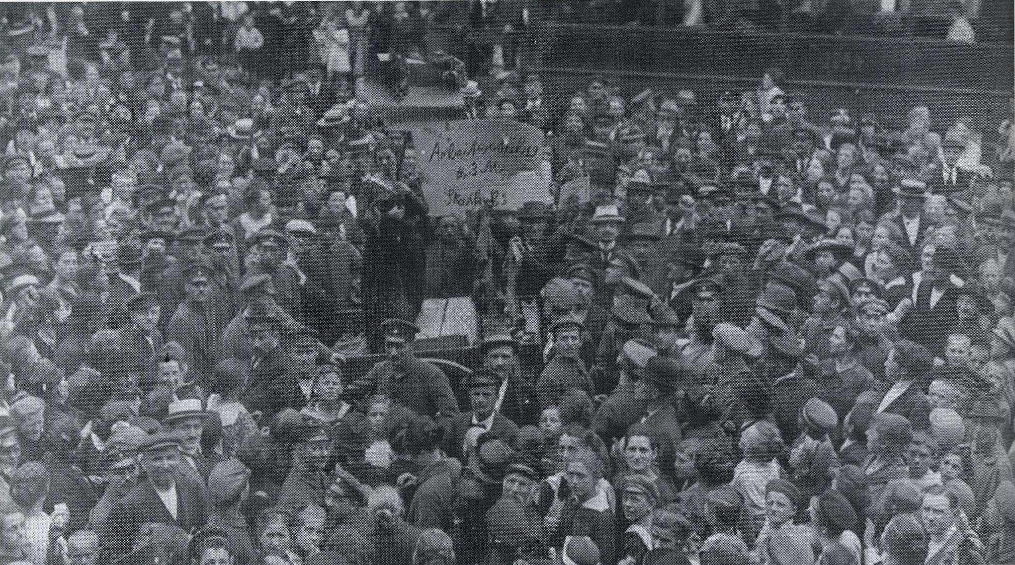 """Arbeitersülze – Pfund 3 Mark"". Demonstration in der Oberaltenallee, Juni 1919 (Foto: ETG Hamburg)"