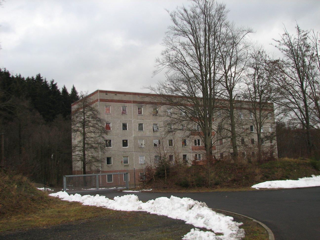 Exemplarisch für die Situation von Flüchtlingen in Deutschland – das Asylbewerberheim am Stadtrand von Zella-Mehlis zwischen Wald und Gewerbegebiet isoliert von der restlichen Bevölkerung (Foto: C. Horn)