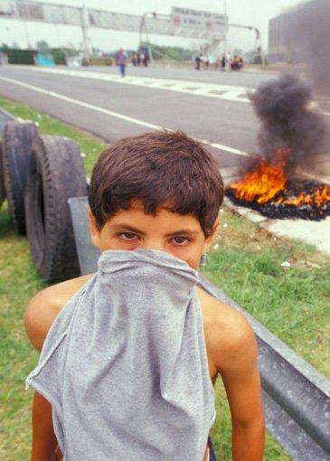 Junger Piquetero bei einer Straßenblockade (Foto: Andrew Stern)