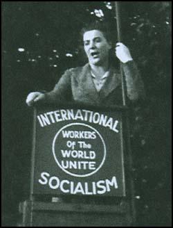 Ethel MacDonald bei einer Rede 1937 (Quelle: www.spartacus.schoolnet.co.uk/SPmacdonaldE.htm)