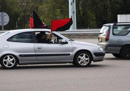 """Mit allen nachahmenswerten Mitteln: In Frankreich führten Trucker 2010 die """"Operation Schnecke"""" durch. Zahlreiche LKWs fuhren absichtlich langsam und blockierten die Autobahnspuren. Auch PKWs beteiligten sich solidarisch an der Aktion. Quelle: Indy Paris."""