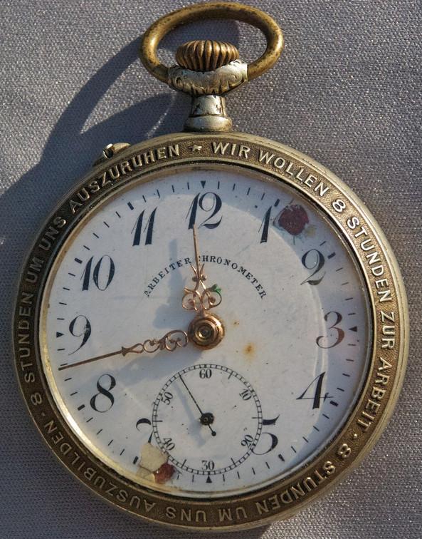 """Sogenannter """"Arbeiter-Chronometer"""" mit Aufschrift """"Wir wollen 8 Stunden zur Arbeit, 8 Stunden, um uns auszubilden, 8 Stunden, um auszuruhn!"""", Ende 19. Jahrhundert. Foto: um.cx (flickr)"""