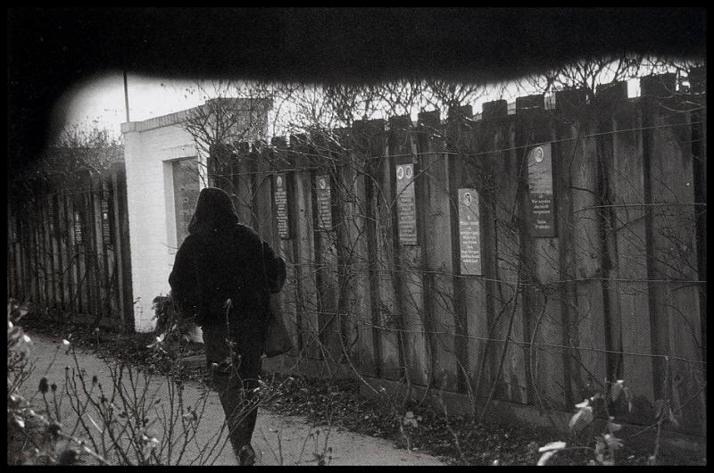 """Der Rosengarten als Gedenkstätte am Bullenhuser Damm (Quelle: Erich Hartmann, """"Stumme Zeugen - Fotografien aus Konzentrationslagern"""")"""