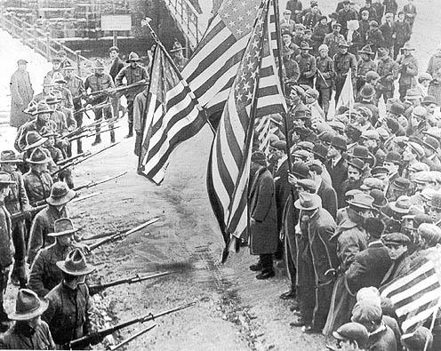 1912: Patriotische Miliz gegen streikende Migranten bei dem von der IWW organisierten Lawrence Textile Strike.