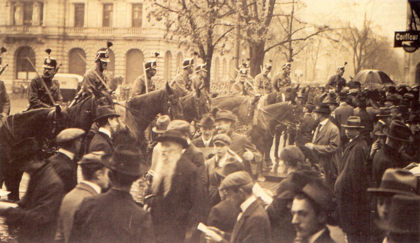 Das Militär geht auf dem Züricher Paradeplatz beim Generalstreik 1919 gegen Streikende vor.