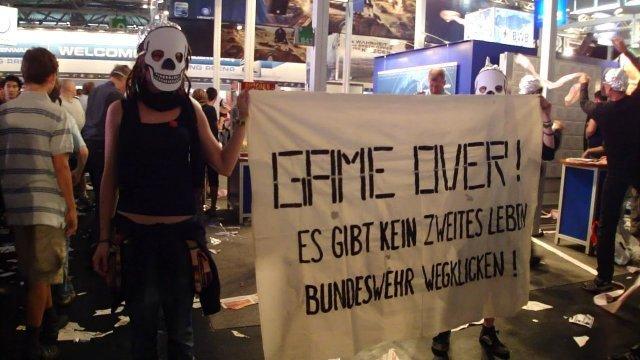 Jugendliche blockierten mit einer Protestaktion den Messestand der Bundeswehr auf der GameCom 2012 und wickelten diesen mit rosa Klopapier ein. Die größte Videospielmesse Europas wird jährlich von mehr als 250.000 zumeist jungen Menschen besucht.