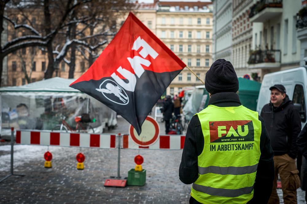 Die FAU Berlin informiert vor dem Kreuzberger Bio-Markt am Chamissoplatz (Foto: Dennis Reese)