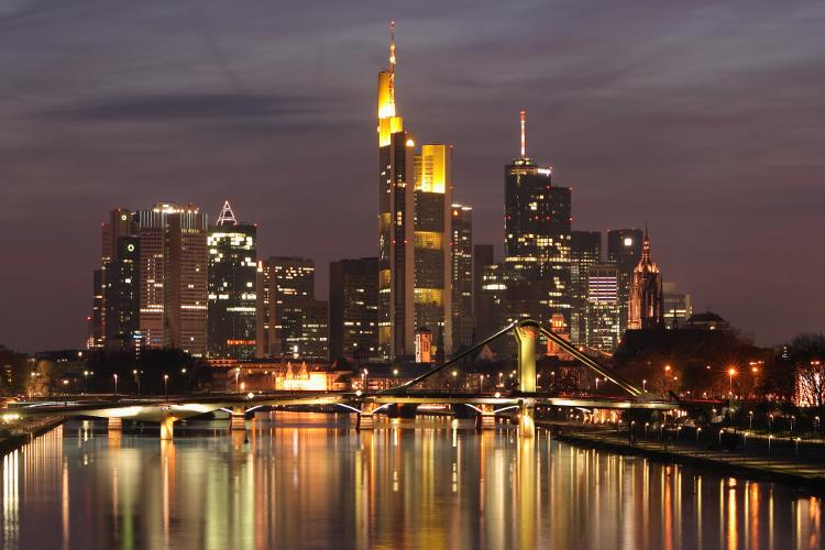 Die Banken-Skyline von Frankfurt. Zwischen Himmel und Hölle? (Urheber: Nicolas Scheuer CC BY-SA 2.5)