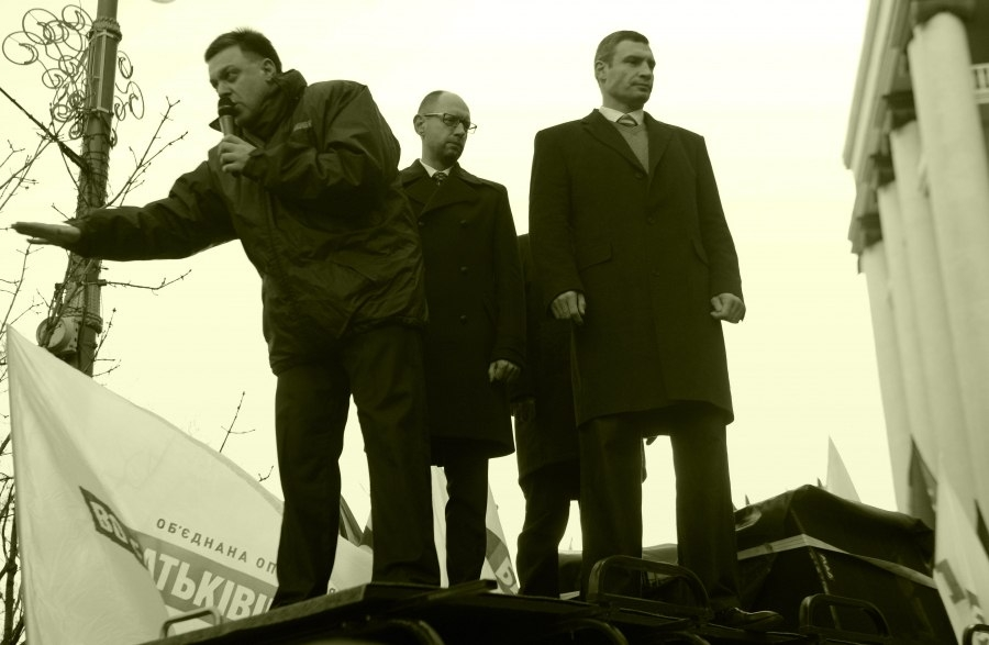 """Drei Oppositionsführer. Von links nach rechts: Oleg Tyagnybok, Vorsitzender der rechten Partei """"Svoboda"""", Mitte - Arseniy Yatseniuk, Vorsitzender der liberalen Partei """"Bat'kivschyna"""", Rechts - Vitaliy Klitschko, Vorsitzender der """"Udar"""" Partei."""