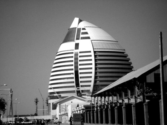 Eure Armut kotzt uns an! In das Fünf-Sterne Burj al-Fateh-Hotel in Khartum lässt sich nun auch die westliche Diplomatie vom sudanesischen Regime einladen