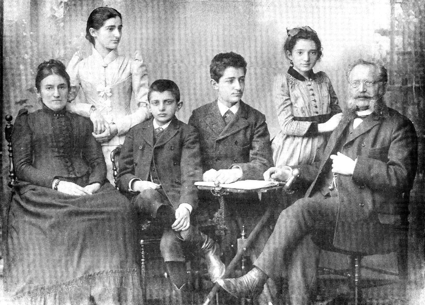 Familie Mühsam: Links Mutter Rosalie, rechts der Vater Siegfried, Erich ist der Dritte von links