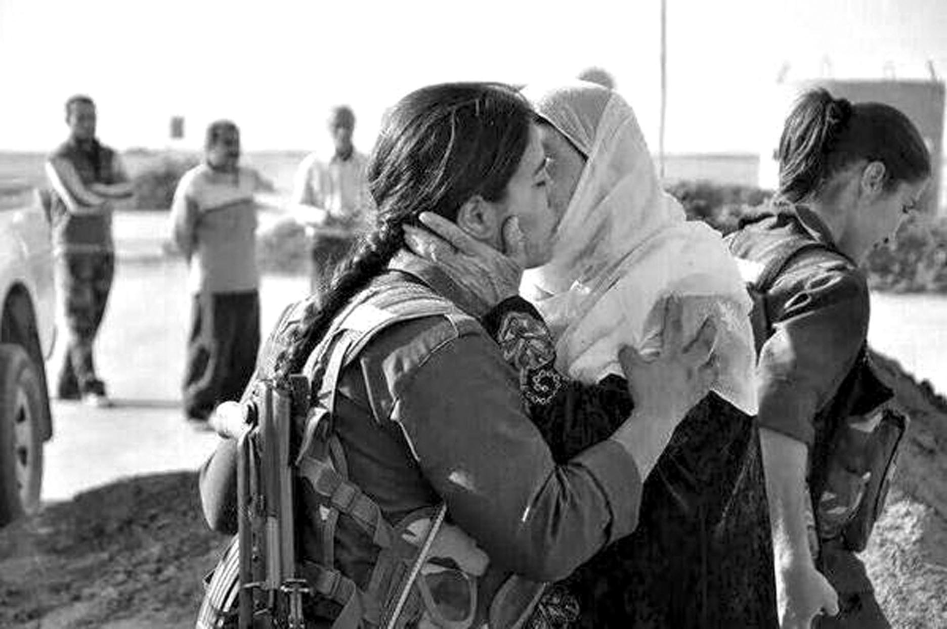 Eine Mutter verabschiedet ihre Tochter auf dem Weg zu den Verteidigungslinien Rojavas gegen den IS
