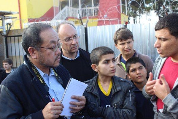 Der Delegierte des internationalen Gewerkschaftszusammenschlusses ITF Mac Urata zu Besuch in einem Flüchtlingscamp nahe der syrischen Grenze