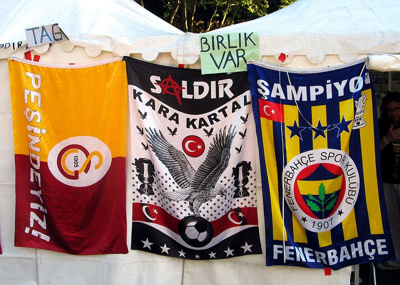 In den Farben getrennt, in der Sache vereint - Fahnen von verschiedenen istanbuler Fußballclubs bei sozialen Protesten
