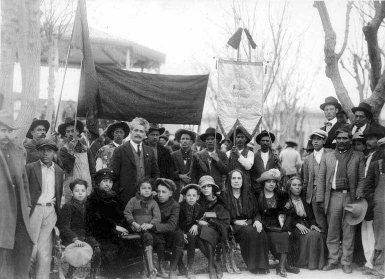 Grenzüberschreitend solidarisch: Enrique Flores Magón mit seiner Familie und mexikanischen IWW-Mitgliedern 1923 in Ciudad Júarez.