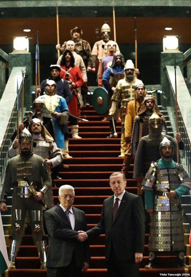 Geschichtsbewusstsein als klamaukige Fassade: Mit dick aufgetragener osmanischer Schminke möchte Erdogan die klaffenden Wunden der türkischen Gesellschaft überpinseln. Hier beim Empfang des Fatah-Führers Abbas