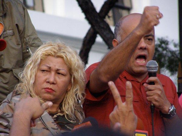Geballte Regierungswut: Jorge Rodríguez, der Gemeindebürgermeister von Bolivariano Libertador (rechts mit Mikrofon)