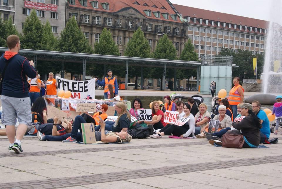 """Flashmob in Leipzig zum bundesweiten Aktionstag von """"Pflege am Boden"""""""