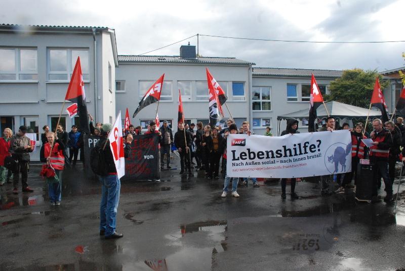 Das Kelterfest im September wird lautstark von etwa 70 Gewerkschaftsaktivisten begleitet