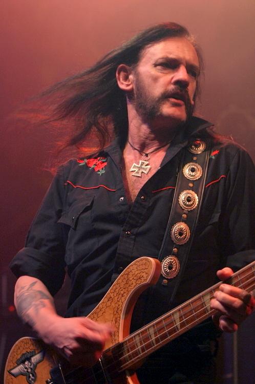 """Motörhead-Gründer """"Lemmy"""" Kilmister während eines Konzerts im kanadischen Edmonton im April 2005 Urheber: Mark Marek"""