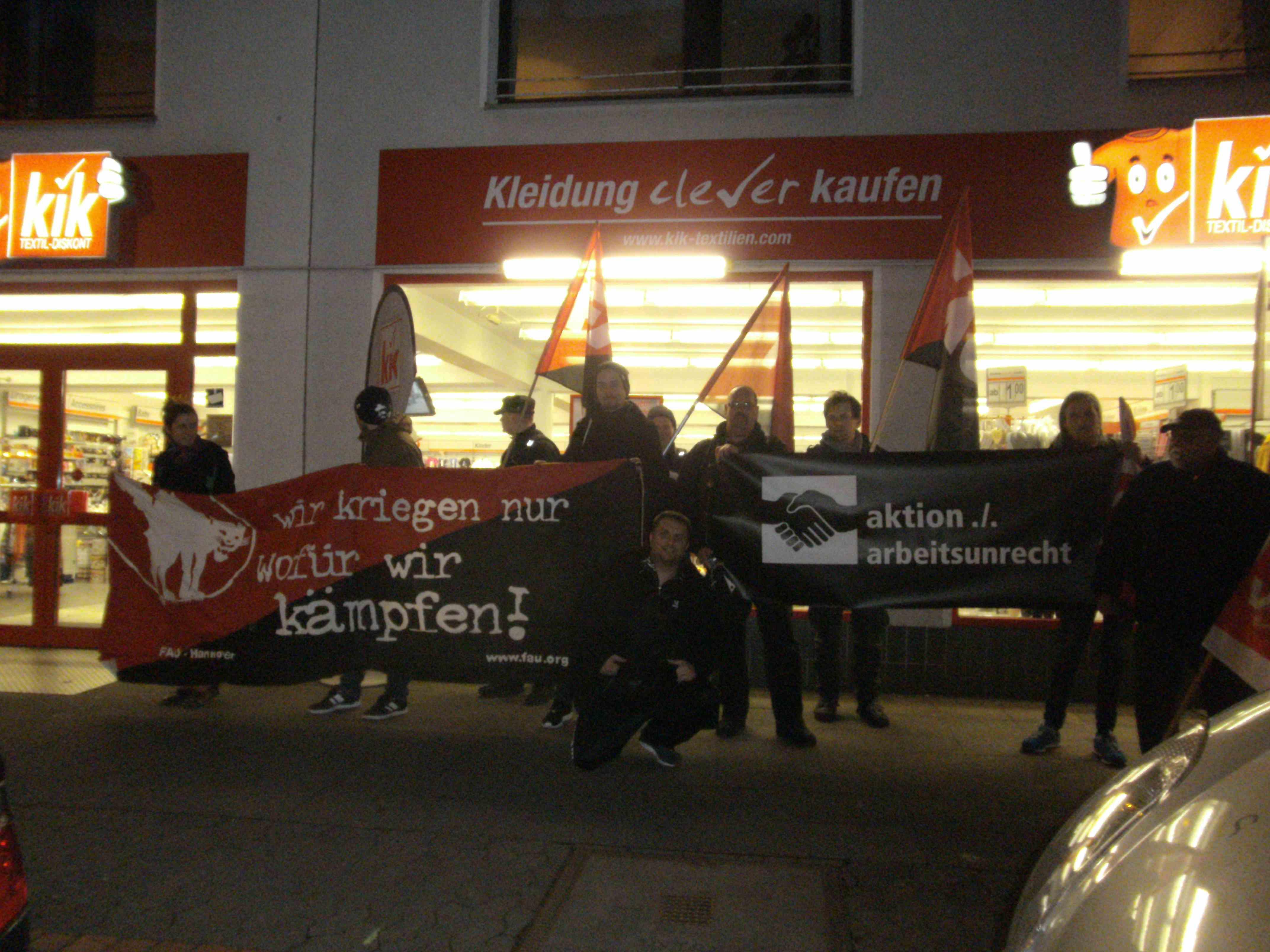 """Solidarisch gegen Union Busting: Auch die FAU Hannover positionierte sich am """"Schwarzen Frei- tag"""" gemeinsam mit anderen UnterstützerInnen vor KiK-Filialen."""