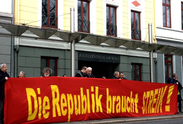 """Foto: Manuel Cordsen """"Die Republik braucht den Streik"""". Transparent der Klagenden vor dem Bremer Landesarbeitsgericht am Wall."""