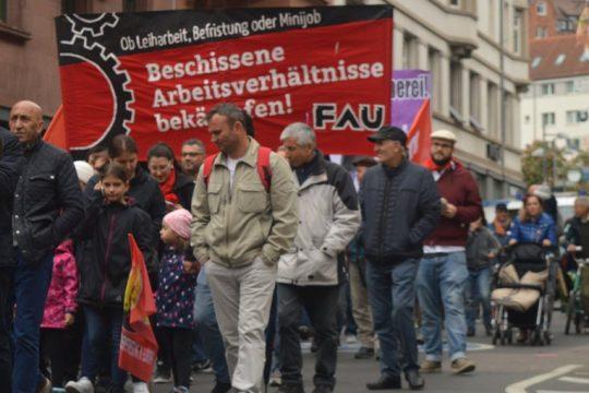 """Banner mit Aufschrift """"Ob Leiharbeit, Befristung oder im Minijob – Beschissene Arbeitsverhältnisse bekämpfen"""""""