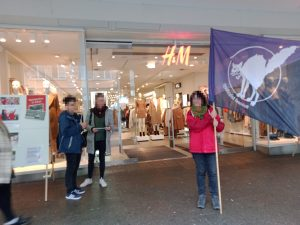 Aktion vor H&M Filiale in Freiburg
