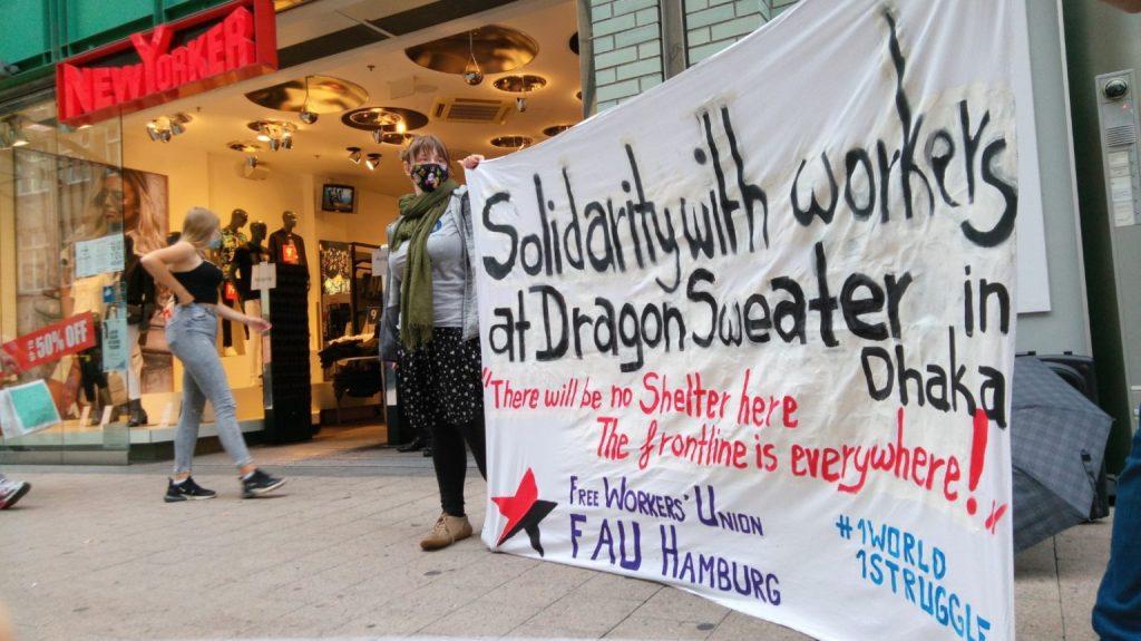 Eine Kundgebung vor einer »New Yorker«-Filiale in Hamburg in Protest gegen die Kündigungen bei Dragon Group.