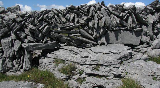 Steinmauer aus der Zeit der großen Hungersnot im Burren, Westirland
